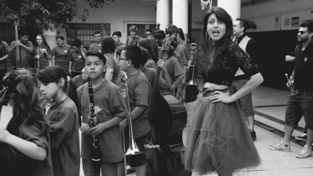 Eugenia Craviotto Carafa junto a los chicos de barrio Triángulo.