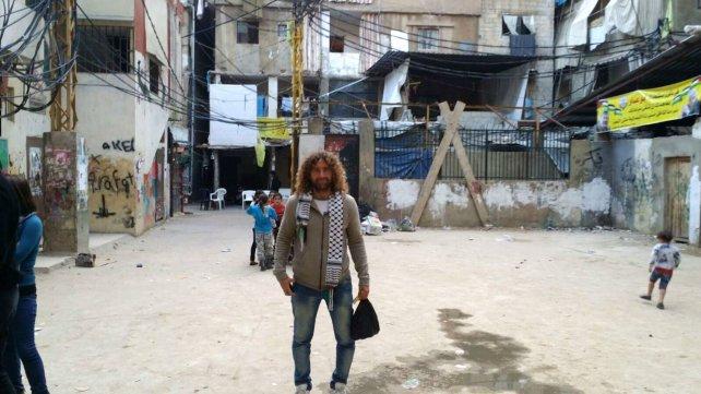 Pablo Abdala en el campo de refugiados de Chatila, en Beirut, donde propuso hacer una clínica de fútbol.