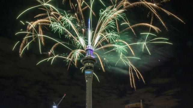 Fuegos artificiales en la Torre Sky de Auckland, en Nueva Zelanda.