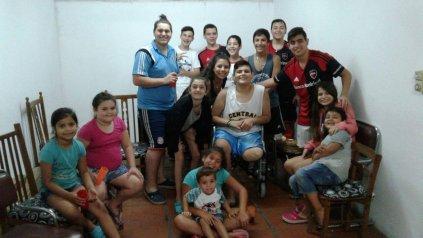 Juan Cruz fue recibido por amigos y familiares en la vuelta a su casa.