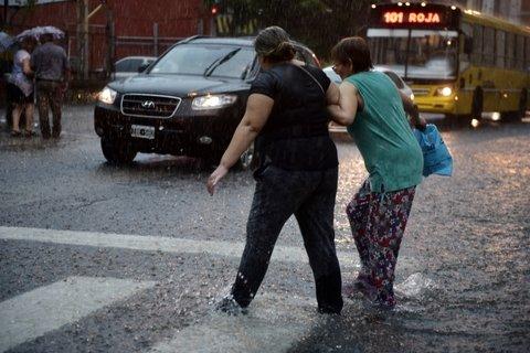 empapadas. La lluvia fue torrencial y transitar por las calles fue toda una odisea.