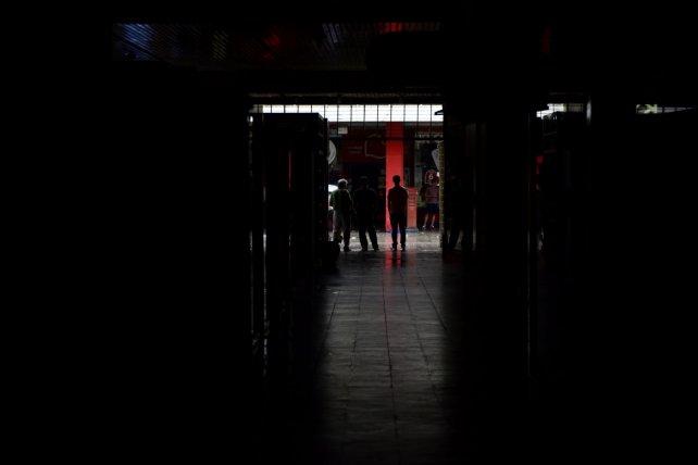 Penumbras. Las galerías del centro rosarino permanecen a oscuras por el corte de luz.