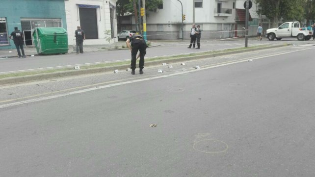 Los restos de las balas quedaron sobre la avenida.