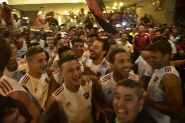 Los jugadores se mezclaron con los hinchas para celebrar el banderazo de una manera diferente.