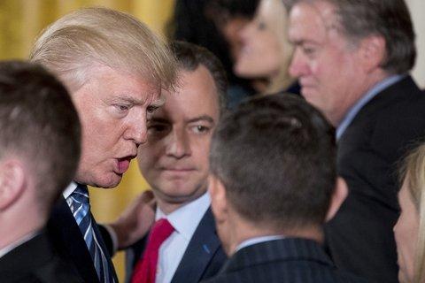 al mando. Trump charla con su nuevo equipo junto a su jefe de gabinete, Reince Priebus, ayer en la Casa Blanca.