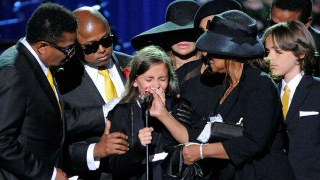 Paris se quiebra en el funeral de su padre, en 2009.