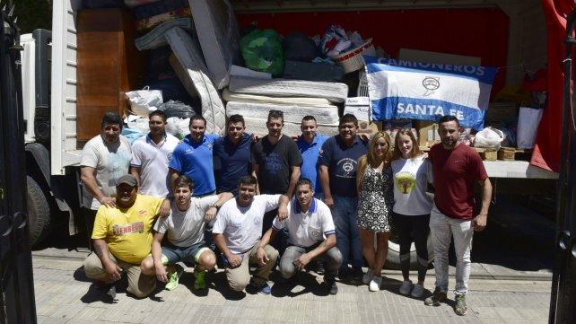 Los voluntarios llevaron ayuda a los inundados.