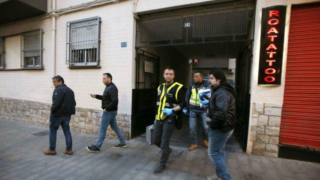 Efectivos de la policía se retiran de la casa donde ocurrió la tragedia.