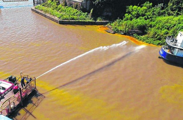 operativo  Brigadas de compañías especializadas de la región colaboraron para contener la mancha de aceite a la altura del arroyo San Lorenzo.