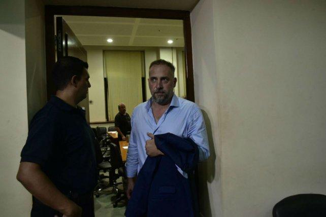 La salida. Marcos Cella se retiró ayer porque el fiscal aceptó que la fianza sea depositada el lunes.