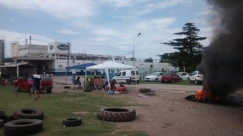 Temblor. En Centeno, los trabajadores de la firma acampan frente a la planta de Sancor. Crisis de magnitud.