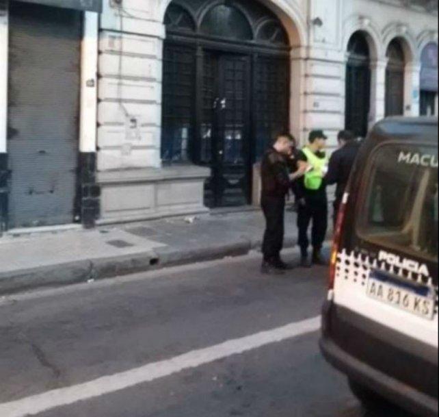 La policía en el frente del boliche donde se produjo el violento episodio.