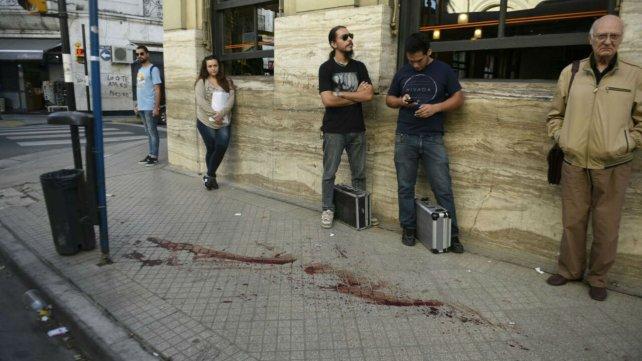 La parada de colectivos de Maipú y San Juan y los rastros de sangre que dejó uno de los heridos.