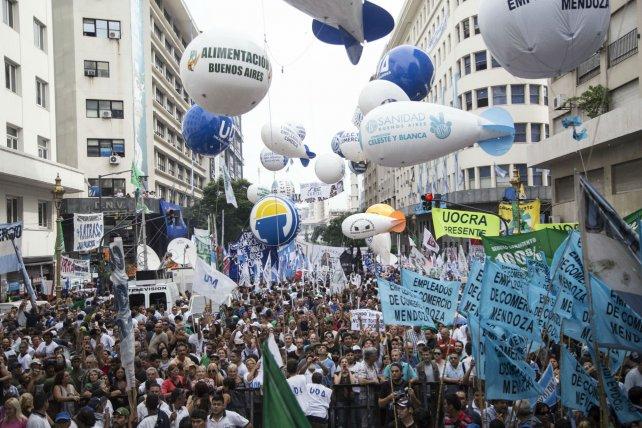 En la calle. La marcha contra la política económica aunó demandas de distintos sectores.