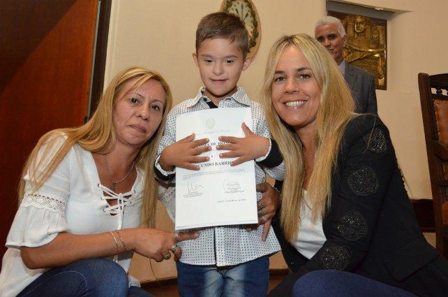 Daniela León junto a Facundo Barrios y su mamá
