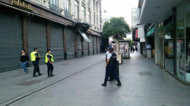 Córdoba al 1100, la presencia de policías esta mañana para desalentar la llegada de manteros.