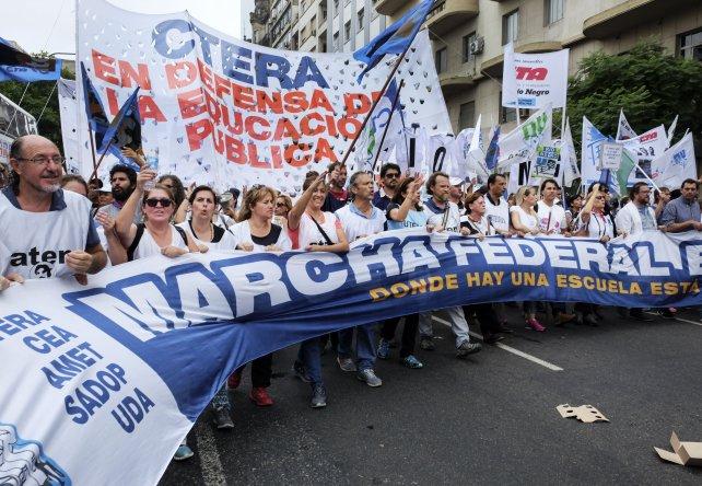 La marcha en reclamo de la paritaria nacional docente colmó la Plaza de Mayo.
