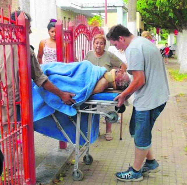 lastimado. El abuelo del delantero canalla es llevado a un hospital.