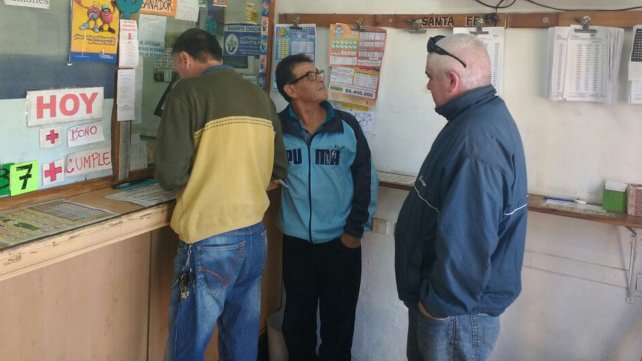 Varios clientes se acercaron esta mañana a felicitar a los agencieros.