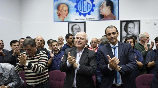 El gobernador Lifschitz junto a Ricardo Ciccarelli y Antonio Donello de la UOM, ayer al anunciar el acuerdo.