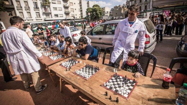Alrededor de la Escuela de la Ctera se organizan simultáneos de ajedrez.