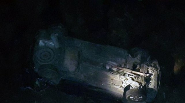 Así quedó el auto, que cayó por un barranco de 15 metros en el acceso a Mar del Plata por ruta 11.
