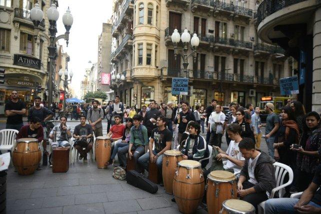 Los alumnos del profesorado, en una protesta en plena peatonal.