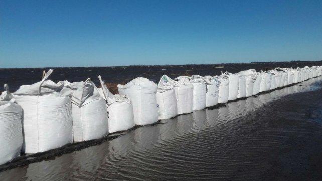 Estas mañana, las defensas sobre la ruta 90 resistían el embate del agua producto del fuerte viento.
