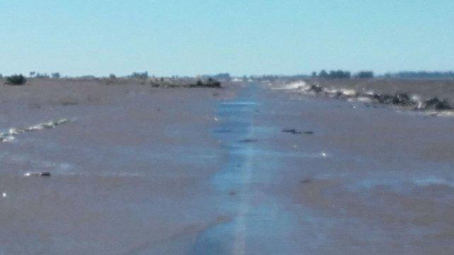 Bajo agua. Esta mañana, la ruta 90 seguía cubierta por la laguna.