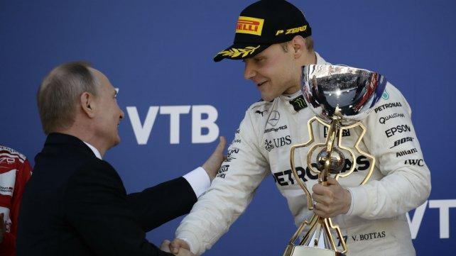 Valtteri Bottas recibió el trofeo de manos de Putin.
