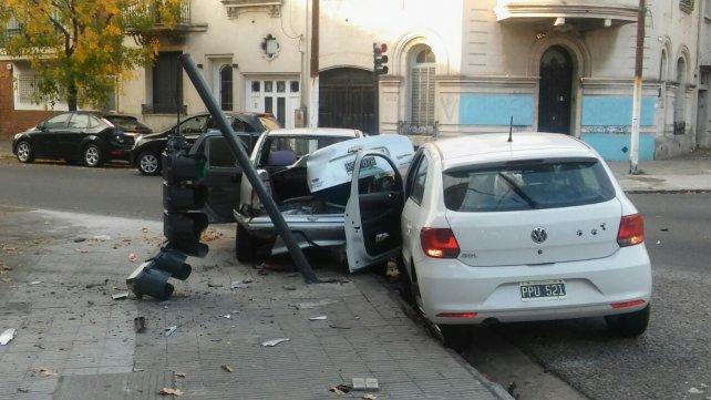 Por la violencia del impacto, el semáforo de la intersección de Tucumán y Callao quedó destruido.