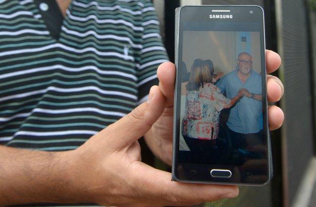 Un amigo de Edgardo Picatti, el almacenero asesinado en Cristalería, mostró una foto de la víctima en el celular.