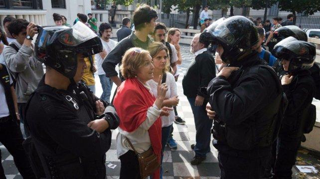 Policías en acción. Hubo tensión en el Museo de la Memoria.
