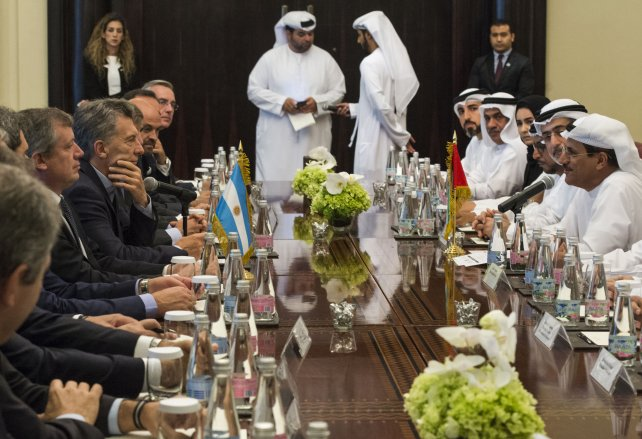 Macri junto a funcionarios y empresarios de Emiratos Arabes.