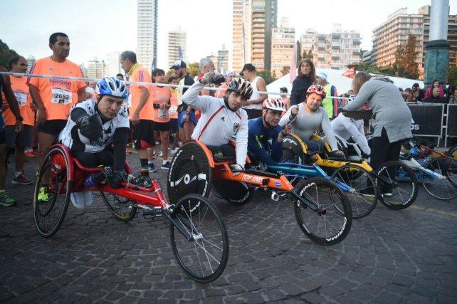 Deportistas en silla de ruedas también tuvieron lugar en la maratón.
