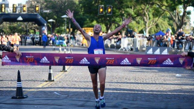 El primero corredor en llegar a la meta.