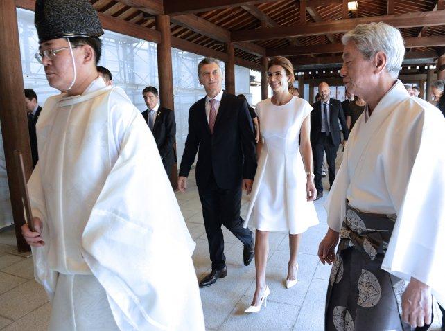 Macri y Awada ingresa al santuario de Meiji, en el atardecer japonés.