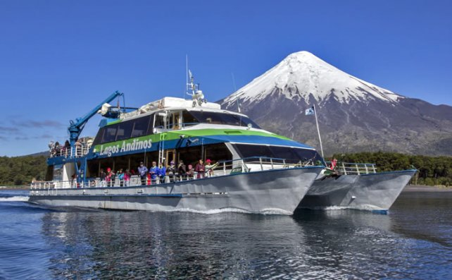 La travesía por el Lago de Todos los Santos obsequia paisajes increíbles de la cordillera de los Andes.