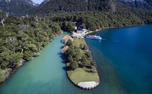 En el lado argentino, Puerto Blest regala un paisaje único en la confluencia del río y el lago.
