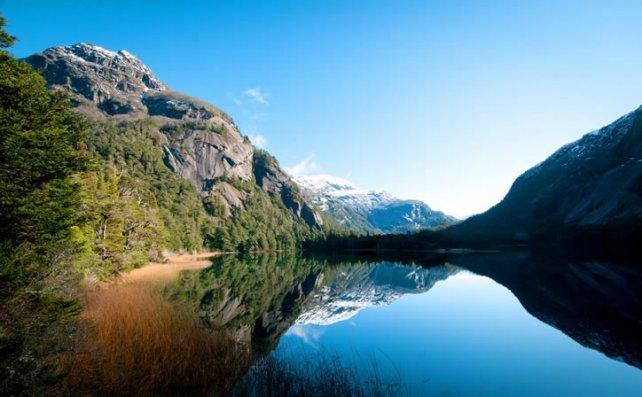 En días soleados, los lagos son un espejo que refleja la naturaleza agreste del sur argentino.