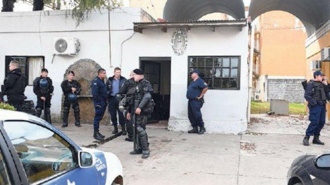 La policía se apostó frente a la comisaría 30ª desde las 14.
