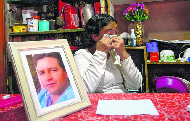 Dolor. Adriana, junto al retrato de su esposo, se quebró cuando habló de sus hijos y contó que ellos están mal y enojados con la vida por lo que pasó.
