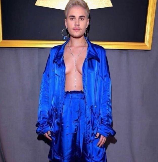 Publica Justin Bieber foto en la que aparece con senos y aretes