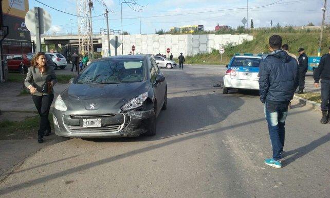 El vehículo de la funcionaria y el patrullero sufrieron daños materiales.