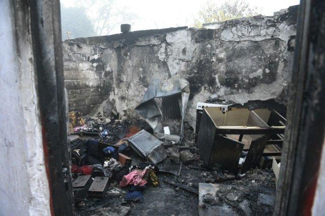 La casa donde ocurrió la tragedia. El fuego arrasó con todo.