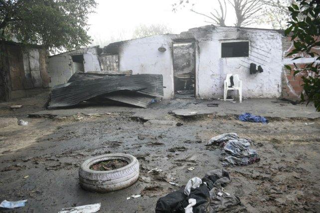 La casa donde vivían las víctimas quedó totalmente destruida.