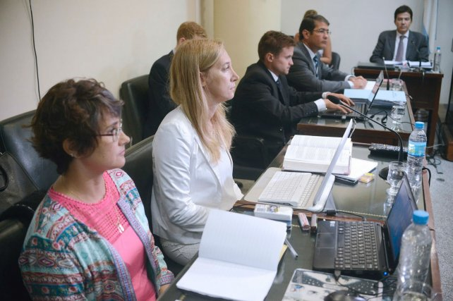 La abogada Nadia Schujman (centro) lamentó la nueva postergación del juicio Feced III.