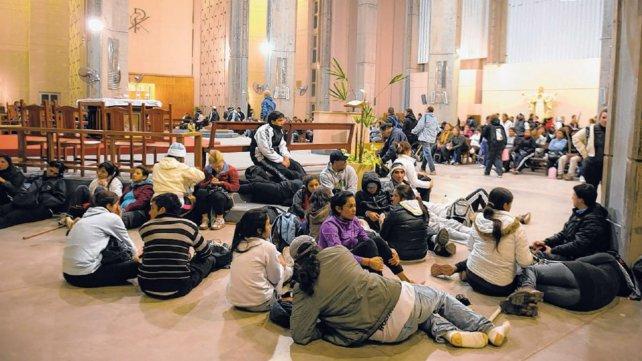 Después de agotadores viajes, los peregrinos descansan en el templo mientras esperan la hora de misa.