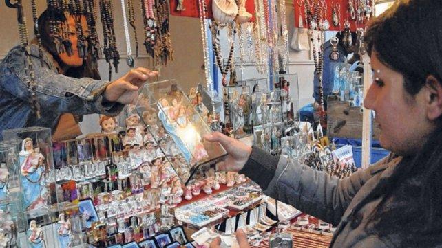 En los alrededores del santuario proliferan los negocios que venden imágenes religiosas.