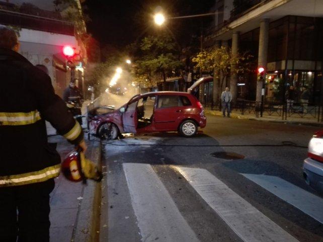 El Ford Fiesta quedó sobre la baranda de Córdoba y Paraguay.